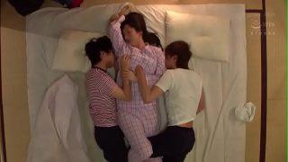หนัง XXX ญีปุน คุณแม่วัยทองเสียวกับเพื่อนลุก