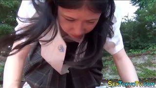 คลิปโป้หนังเอวี นักเรียนญี่ปุ่นสาวน่ารักถูกจับเย็ดในป่า